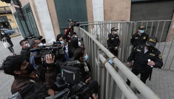 La prensa no pudo ingresar a Palacio de Gobierno para cubrir la ceremonia. Instalaron rejas a unas cuadras de Palacio de Gobierno (Foto: Antonhy Niño de Guzmán)