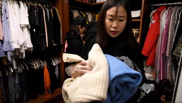 """""""¿Dónde han encontrado esto?"""", pregunta Chen, de 32 años, a los cuatro profesionales contratados para adentrarse en sus armarios rebosantes de prendas de grandes marcas. (Foto: AFP)"""