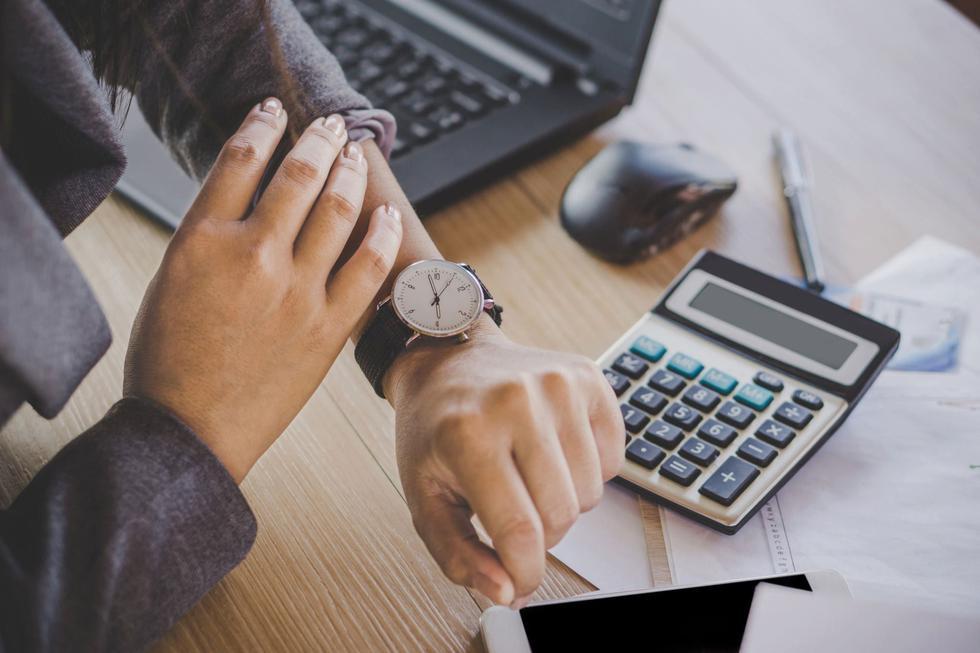 """En caso de que no estés familiarizado, los """"bloques de tiempo"""" son intervalos de tiempo que puedes utilizar para programar tareas, o grupos de tareas, para tu día laboral. La mayoría de las personas usan bloques de una hora o media para bloquear el tiempo durante el día. Por ejemplo, podrías dedicar una hora a una reunión matutina, media hora a ponerse al día con los correos electrónicos, media hora a una reunión con un cliente y una hora a un proyecto directo. (Foto: iStock)"""