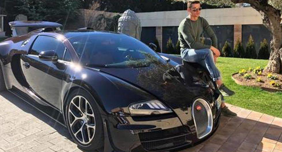 FOTO 6 | Bugatti Veyron Grand Sport Vitesse 16.4. Desde que Volkswaggen absorbiera Bugatti éste fue el primer coche capaz de callar a sus detractores. Se trata de un superdeportivo de motor central.  Cristiano Ronaldo, gran aficionado de la marca, acudió al concesionario a probarlo y se inclinó por una versión en gris, aunque finalmente se lo compró en negro.