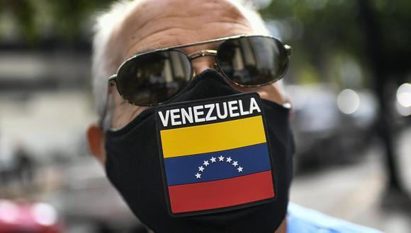 La pandemia encontró a Venezuela sumida en una debacle económica, con hiperinflación y servicios públicos colapsados, crisis que ha causado el éxodo de unos cinco millones de venezolanos desde finales del 2015, según la ONU. (Foto: AP / Matias Delacroix)