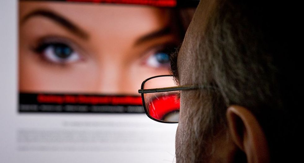 Los sitios de citas han estado utilizando fotos, modelos y actores en sus anuncios desde sus inicios, al igual que algunos usuarios.