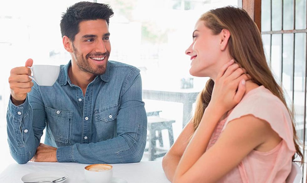 """FOTO 1   1. Cuando conoces a alguien nuevo. Qué hacer: Decir """"Qué gusto conocerte"""" o """"Me pareces conocido"""" Por qué funciona: Nuestros cerebros están diseñados para ser sociales. La necesidad de pertenencia es más poderosa que la de seguridad. Cuando nos sentimos rechazados, se activan las redes de temor e incrementan los niveles de cortisol, lo que nos hace adoptar un comportamiento defensivo. Un sentido de inclusión reduce los niveles de cortisol, e incrementa los de oxitocina, que promueven la vinculación emocional. Enfócate en: La inclusión.  (Foto: Difusión)"""