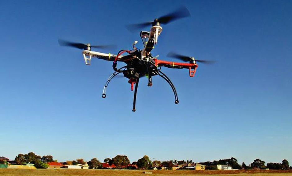 FOTO 1 | Aeromedia es una franquicia especializada en la captación de imágenes con Vehículos Aéreos no Tripulados. La compañía fabrica sus propios octocópteros, encargándose también del mantenimiento de ellos y de la sustitución de las piezas. Además, la central facilita al franquiciado cursos de formación mediante simulación real del uso de los drones.  El uso de drones para la grabación de documentos audiovisuales permite conocer en tiempo real lo que está sucediendo desde un punto de control fijo, con conexión de Internet, una ventaja competitiva que están aprovechando desde la empresa para trabajar en diversos sectores, desde el sector sanitario, con el control de plagas, hasta el de seguridad, con el control de incendios. (Foto: franquicias.emprendedore)