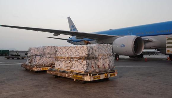 El funcionario encargado de recibir este nuevo lote de vacunas en el Aeropuerto Internacional Jorge Chávez fue el viceministro de Prestaciones y Aseguramiento en Salud, Bernardo Ostos. (Foto: Ministerio de Salud/Twitter)