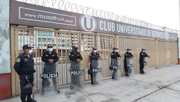 Agentes policiales refuerzan seguridad en a los exteriores de los estadios de Universitario de Deportes y Sporting Cristal. (Foto: Lino Chipana Obregón / GEC)