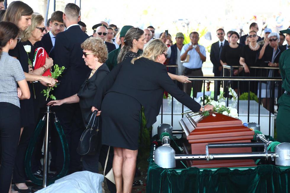 Javier Pérez de Cuéllar recibiendo el último adiós de sus familiares. (Foto: Hugo Curotto / GEC)