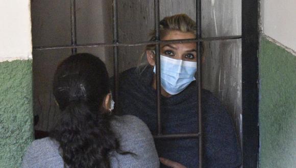 La expresidenta interina de Bolivia Jeanine Áñez se asoma desde las celdas de la Fuerza Especial de Lucha Contra el Crimen (FELCC), hoy, en La Paz (Bolivia). EFE/ Stringer