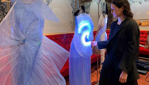 Vistosos modelos de alta costura resaltan con un sistema de iluminación. (AFP)