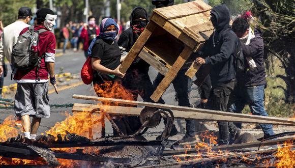 En Chile, las manifestaciones no cesaron a pesar de la decisión del gobierno de suspender el alza del pasaje del metro. (Foto: AP)