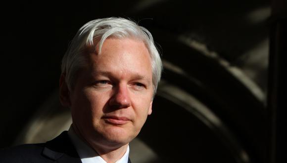 En esta foto de archivo tomada el 5 de diciembre de 2011, el fundador de WikiLeaks, Julian Assange, habla con los medios de comunicación frente al Tribunal Superior de Londres. (GEOFF CADDICK / AFP).
