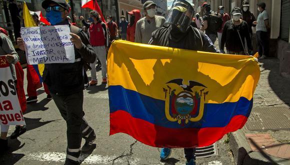 Las medidas llevaron a sindicatos de trabajadores y organizaciones sociales a recorrer, con carteles y consignas en contra del Gobierno, las calles del centro de la capital Quito, en donde se mantiene un duro confinamiento por el creciente número de contagios y muertes por el coronavirus. (AFP / Cristina Vega Rhor).