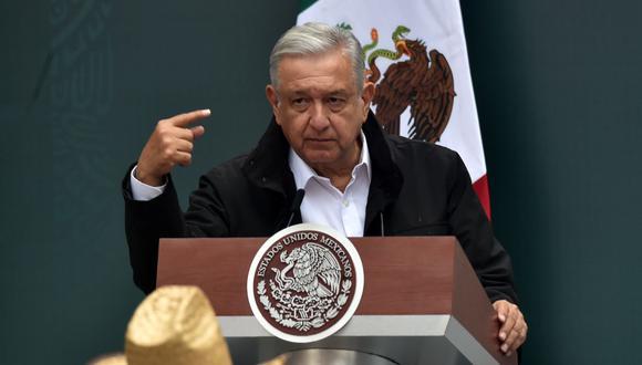 El presidente de México, Andrés Manuel López Obrador, habla durante una reunión con familiares de los estudiantes de la escuela de formación docente de Ayotzinapa en el Palacio Nacional de la Ciudad de México. (AFP / RODRIGO ARANGUA).