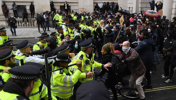 Las protestas fueron mayormente pacíficas, pero por segundo día consecutivo hubo enfrentamientos cerca de las oficinas del primer ministro Boris Johnson. (Foto: EFE)