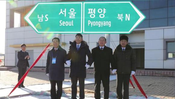 Funcionarios de Corea del Sur y del Norte durante una ceremonia por la reconexión de ferrocarriles y carreteras en la Estación Panmun en Kaesong, Corea del Norte. 26 de diciembre de 2018. Yonhap vía REUTERS.