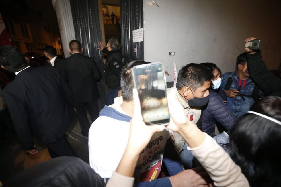 Los seguidores de Pedro Castillo trataron de ponerse a buen recaudo debido al fuerte sismo. (Foto: Jorge Cerdan / @photo.gec)