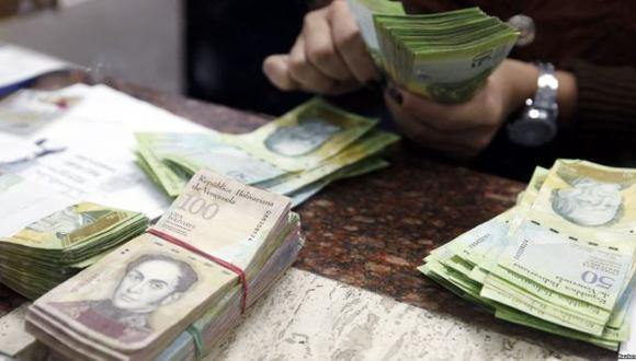 En Venezuela, US$ 1 cuesta 120,000 bolívares. El salario mínimo mensual es de aproximadamente 180.000 bolívares.