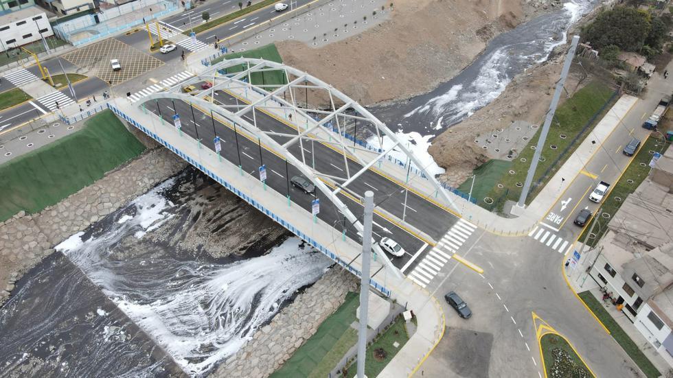 """El alcalde de Lima, Jorge Muñoz, entregó este miércoles 13 de octubre, el nuevo puente vehicular y peatonal Fernando Belaunde Terry, que cruza el río Rímac y une los distritos de San Martín de Porres, en Lima, y Carmen de la Legua-Reynoso, en el Callao. """"La ejecución y puesta en servicio de esta infraestructura de 70 m de extensión y 25 m de ancho optimizará el flujo de ciudadanos entre ambos distritos, mejorando la calidad de vida de la población de la zona"""", destacó el burgomaestre. (Foto: Jorge Cerdan/@photo.gec)"""