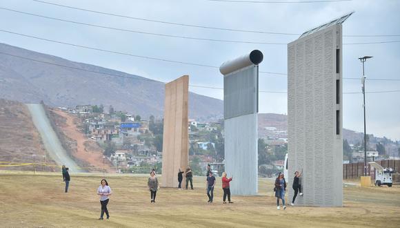 Prototipos del muro en las afueras de San Diego. (Foto: AFP)