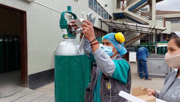 La entrega de oxígeno también incluye la prestación de balones, indicaron los familiares de los pacientes beneficiados. (Foto: Essalud)
