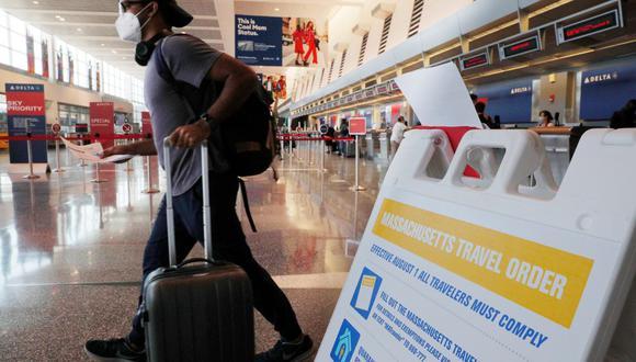 Imagen referencial. Pasajeros son vistos en el Aeropuerto Internacional Logan en Boston, Massachusetts, Estados Unidos. (REUTERS/Brian Snyder).
