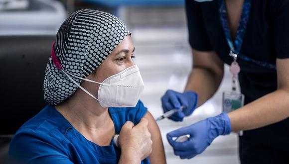 El proceso de vacunación se desarrolla en plena segunda ola de la pandemia en Chile, que empezó en diciembre con un aumento de casos que lo ha devuelto a cifras que no se registraban desde junio y julio, cuando el país estuvo al borde del colapso sanitario.  (Foto: AFP).