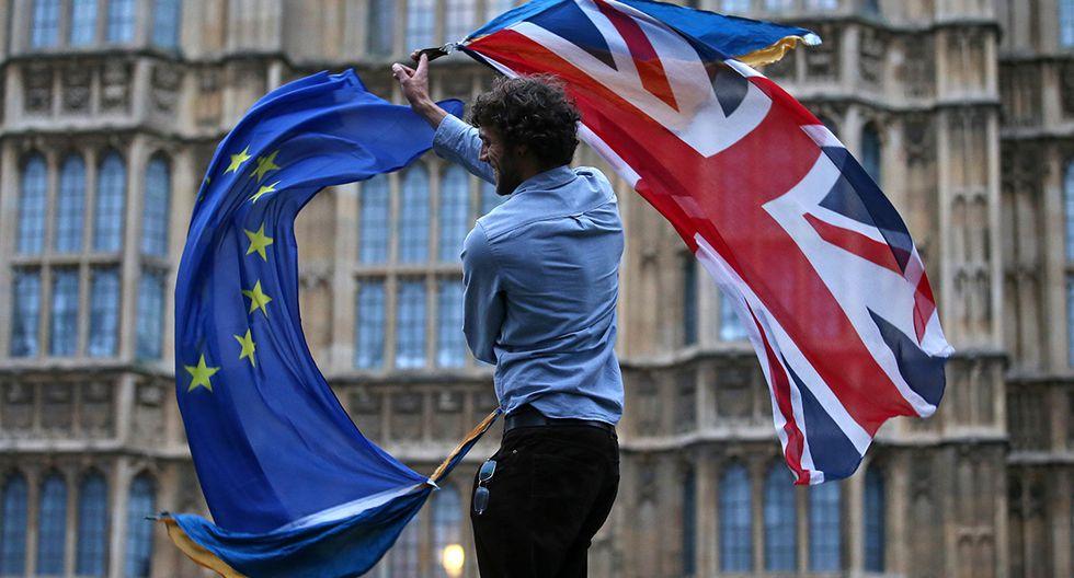 Un hombre agita una bandera de la Unión y una bandera europea juntas en College Green frente a las Casas del Parlamento en una protesta contra el Brexit en el centro de Londres. (Foto: AFP/Archivo)