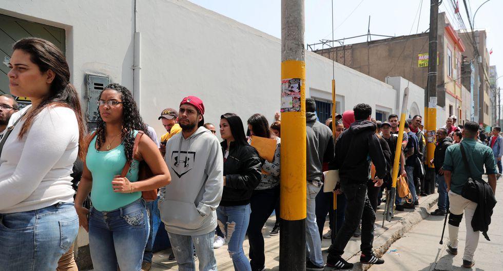 LIM03 - BREÑA (PERÚ), 20/8/2018.- Decenas de migrantes venezolanos hacen cola para tramitar el Permiso Temporal de Permanencia que les permita quedarse en el país hoy, 20 de agosto del 2018, en los exteriores de la Superintendencia Nacional de Migraciones de Lima (Perú). La organización no gubernamental Unión Venezolana en Perú entregó hoy una carta a la Cancillería de Perú para que evalúe el ingreso al país, sin pasaporte, de niños, mujeres gestantes, adolescentes, enfermos crónicos y ancianos venezolanos. EFE / Ernesto Arias