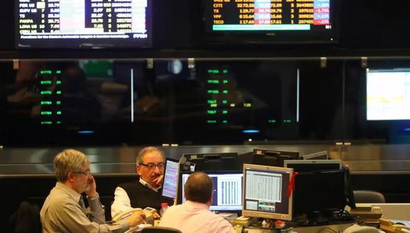 Operadores bursátiles trabajan en la Bolsa de Buenos Aires. (Foto: Reuters)