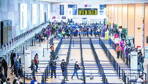 Más de 70,000 peruanos habrían viajado al exterior para vacunarse, según cálculos del Minsa. (Foto: AFP).