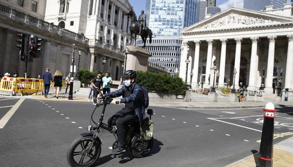 Hasta ahora, el Banco de Inglaterra no ha incorporado los impactos climáticos en su compra de bonos. (Photo by Tolga AKMEN / AFP)
