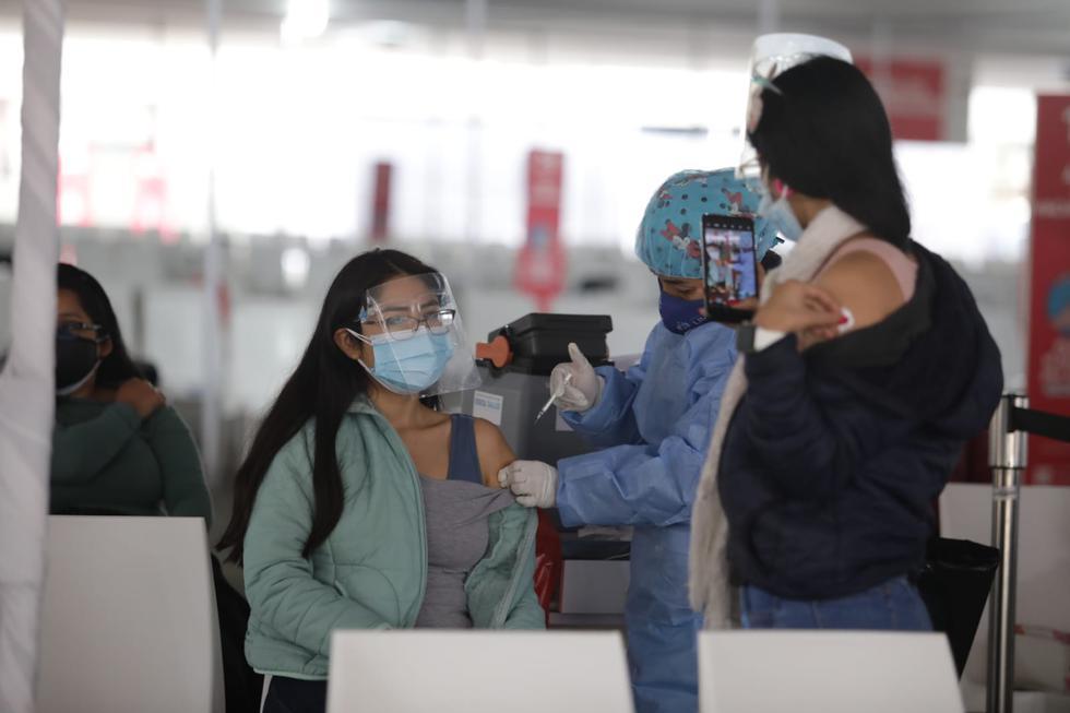 Este viernes 10 de setiembre, comenzó la vacunación contra el COVID-19 de las personas de 27 años a más que residen en Lima Metropolitana y el Callao. También, inició la inmunización a personas con diabetes tipo I y II y obesidad III, luego de la llegada de lotes de vacunas al país. (Foto: Britanie Arroyo / @photo.gec)