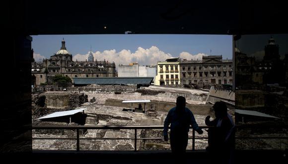 En esta fotografía de archivo del viernes 7 de agosto de 2015, un trabajador se para frente a las excavaciones en curso en el sitio arqueológico del Templo Mayor, dirigiendo a las personas al museo contiguo en el centro de la Ciudad de México, una vez la capital azteca de Tenochtitlán. A la luz de la pandemia de COVID-19 de 2020, no está claro cuánto ha aprendido la humanidad de una de las mayores muertes masivas debido a la epidemia de viruela, que dio lugar a la primera vacuna exitosa en 1796 (AP Foto/Rebecca Blackwell, archivo).