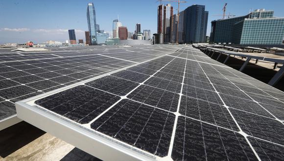 Los paneles solares son una de las fuentes de energía renovable. (Foto: AFP)