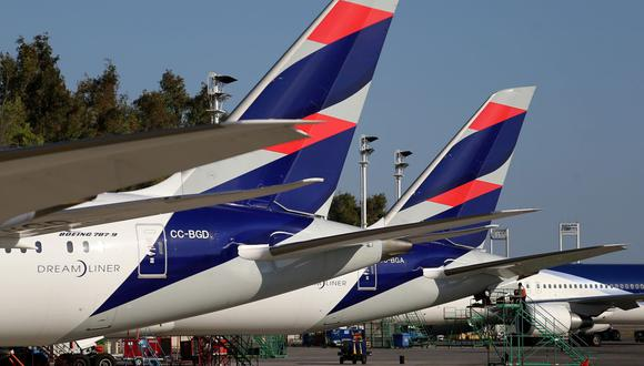 Latam explicó que prevé unos 400 vuelos diarios en sus rutas locales e internacionales durante el mes. (Reuters)