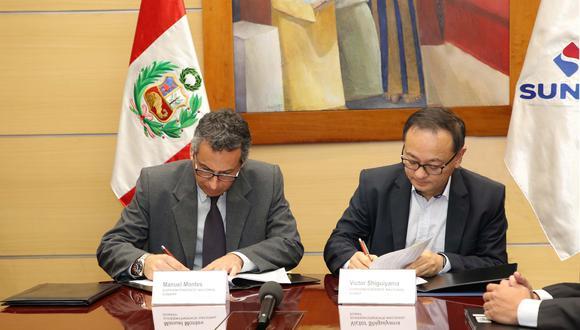Manuel Montes, jefe de la Sunarp, suscribe un convenio de intercambio de información con el jefe de la Sunat, Víctor Shiguiyama. (Foto: Difusión)