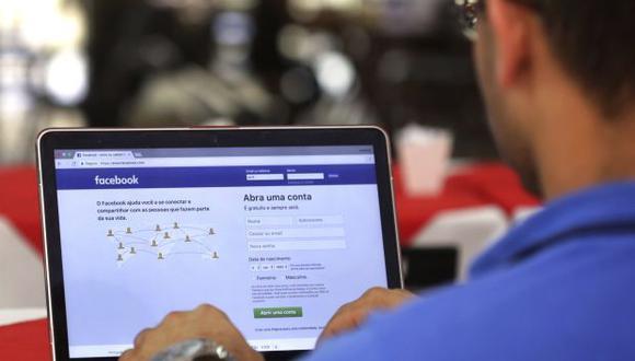 Facebook ataca de esta forma la propagación de artículos y videos que no buscan informar sino a engañar o atrapar a los usuarios con fines políticos o financieros. (Foto: AP)