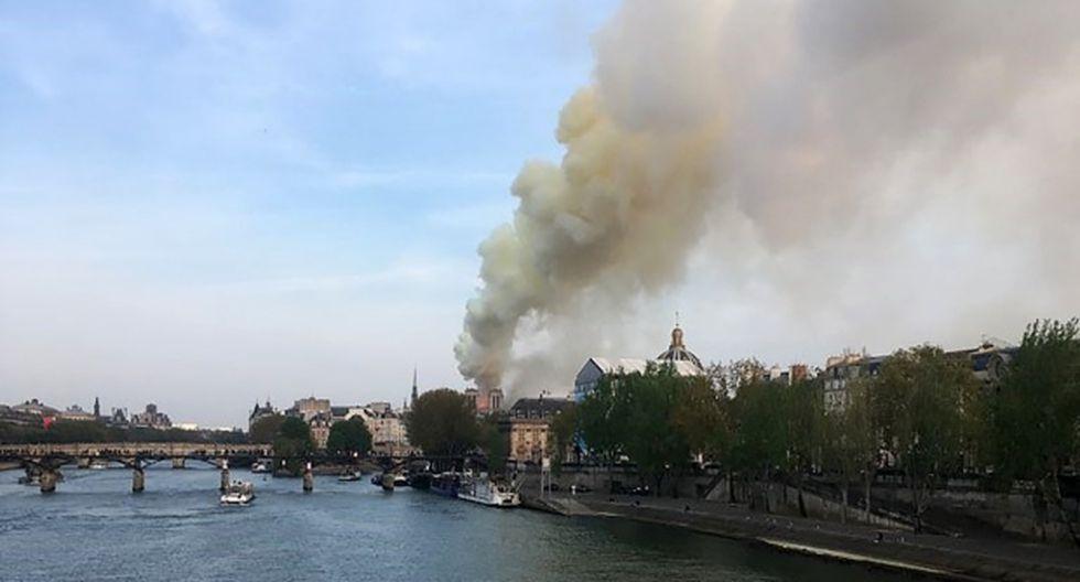 Las llamas y el humo se ven ondeando desde el techo de la Catedral de Notre-Dame en París. (Foto: AFP)