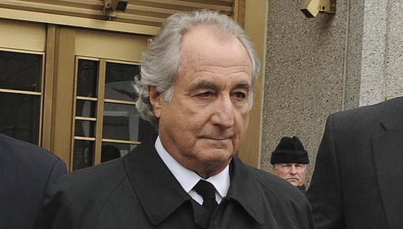 Bernie Madoff sale de la corte federal de Manhattan, el martes 10 de marzo de 2009, en Nueva York.  (AP/ Louis Lanzano).