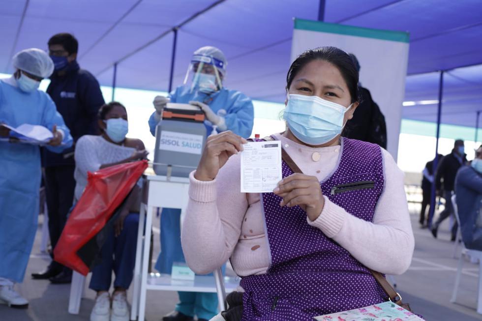 """Cientos de comerciantes y trabajadores del Gran Mercado Mayorista de Lima, en Santa Anita, son vacunados contra el COVID-19 desde esta mañana en el marco del lanzamiento de la nueva estrategia del Ministerio de Salud (Minsa) denominada: """"¡Vamos a tu encuentro, vacúnate ya!"""", a fin de lograr mayor cifra de ciudadanos vacunados contra este virus. (Foto: Britanie Arroyo/@photo.gec)"""