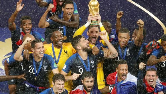 Bajo la lluvia, Francia recibió la copa del mundial Rusia 2018. (Foto: Reuters)