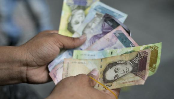 El bolívar, la moneda local, se depreció 77.9% desde enero. (Foto: AFP)