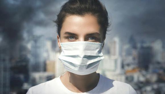 El virus se transmite sobre todo por vía respiratoria, pero también por contacto físico y la línea del frente suele estar en casa, en los objetos de la vida diaria. (Foto: AFP)