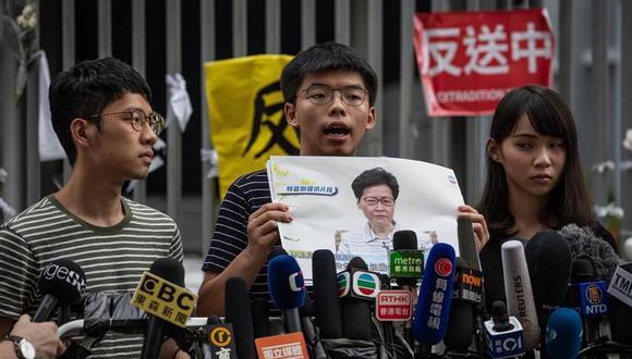 Los activistas de Demosisto en favor de la democracia Nathan Law (izquierda), Joshua Wong (centro) y Agnes Chow asisten a una conferencia de prensa frente al edificio del Consejo Legislativo en Hong Kong el  18 de junio del 2019. (Foto: EFE)