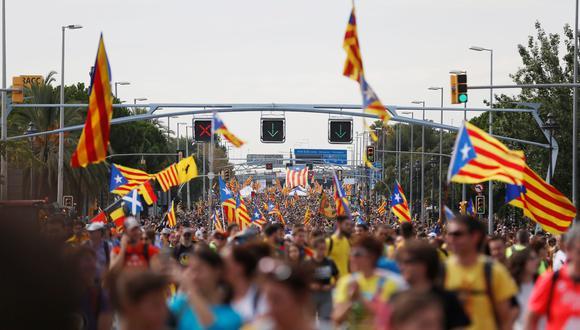 Manifestantes marchan en la avenida Paseo de Gracia durante la huelga general de Cataluña. (Foto: AFP)