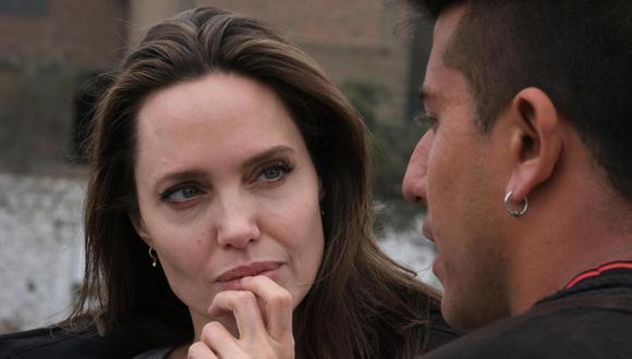 Angelina Jolie con un refugiado venezolano en Perú. (Foto: EFE).
