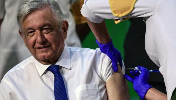 El presidente de México, Andrés Manuel López Obrador (AMLO), recibe una dosis de la vacuna AstraZeneca contra el coronavirus COVID-19. (Foto: PEDRO PARDO / AFP).