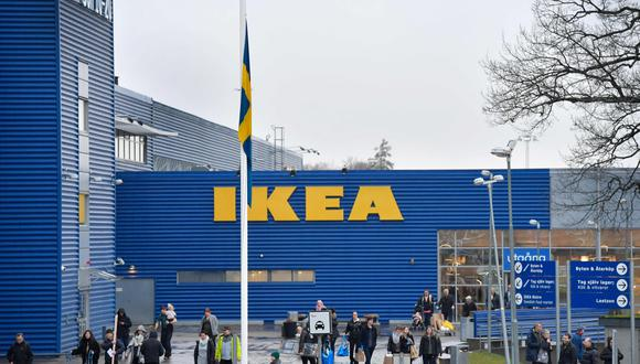 FOTO 8 | IKEA luce con banderas de Suecia a media asta. Las tiendas de la cadena rinden homenaje a su origen sueco: las tiendas de la compañía están pintadas de azul y blanco como la bandera sueca, y sirven albóndigas y otros platos tradicionales suecos en sus restaurantes. Pero la relación de Kamprad con su patria fue complicada en ocasiones. (Foto: AFP)