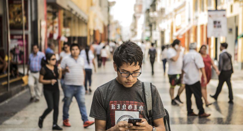 La mayoría de peruanos se conectan al Internet a través del teléfono. (Foto: GEC)