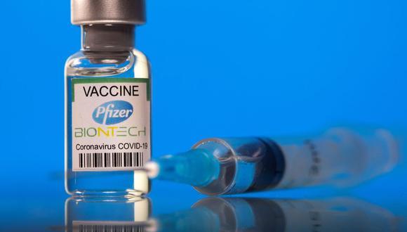 Un frasco etiquetado con la vacuna Pfizer-BioNTech contra la enfermedad del coronavirus (COVID-19) se ve en esta fotografía tomada el 19 de marzo de 2021. (REUTERS/Dado Ruvic).